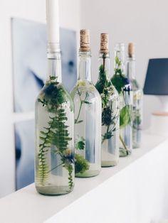 Kerzen auf Glasflaschen als Einfache Tischdekoration selber machen