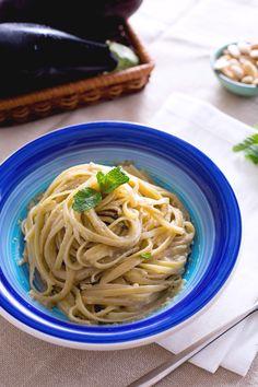 Un primo piatto semplice e creativo condito con una salsa cremosa e avvolgente, ottimo anche a temperatura ambiente: #pasta al #pesto di #melanzane!  (pasta with #eggplant pesto) #Giallozafferano #recipe #ricetta #spring