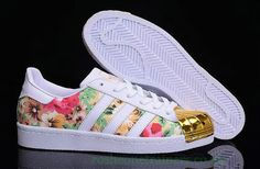 Adidas Shoes OFF! Imagen de adidas white and floral Addias Shoes, Cute Shoes, Shoes Sneakers, Shoes Style, Pink Beige, Adidas Shoes Women, Adidas Sneakers, Addidas Shirts, Gold Trainers
