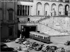 Il tram che passa sotto l'Arengario, sottopasso dove ora si trova la biglietteria del Museo 900, Milano.