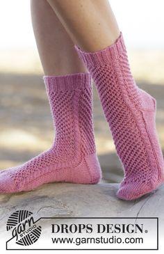 """Gestrickte DROPS Socken in """"Fabel"""" mit Lochmuster und Zopfmuster. Größe 35-43. ~ DROPS Design"""