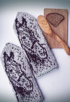 Knit Mittens, Knitted Gloves, Fair Isle Knitting, Knitting Patterns, Fingerless Gloves, Tricot, Wrist Warmers, Gloves, Scarves