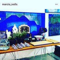 Tudo azul! Quadro da @angelicacoelhof bandejas em madeira com base azulão @barral_e_lamounier tudo lindo.