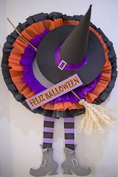 Learn step by step how to make a halloween crown to decorate your door and . Halloween Tags, Casa Halloween, Halloween Door Wreaths, Diy Halloween Decorations, Halloween 2018, Halloween Crafts, Happy Halloween, Halloween Infantil, Moldes Halloween