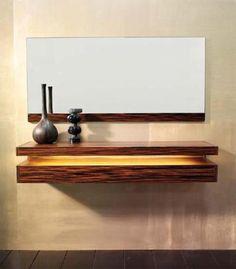 Recibidor en madera con detalle en amarillo y con espejo