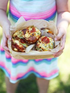 Mini crustless quiches with no pastry, perfect for lunchboxes or even breakfast. Filled with peppers, mushrooms and tasty ham (also gluten free).