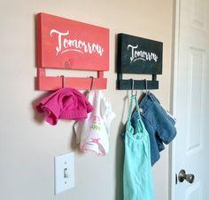 Vêtements de demain: 1 bois suspendus panneau avec 2 crochets.