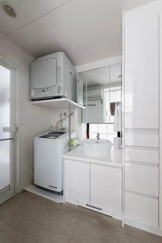 顔を洗ったり、歯を磨いたりする洗面・脱衣所。清潔になるための場所だから、こまめに掃除をしたいスペースですよね。デッドスペースを有効活用して、掃除のハードルを下げるアイデアを松居さんに伺いました。 Toilet Plan, Laundry Powder, Laundry Room Design, Bathroom Inspiration, Washer And Dryer, Washing Machine, Kitchen Cabinets, Home Appliances, House Design
