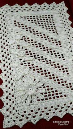Tapete vertical Destaque na for faltou 😄 This Pin was discovered by Sto Arquivo PDF com o seguinte pas Crochet And Knitting Mega Combo Crochê e Amigurumi Crochet Table Runner Pattern, Crochet Rug Patterns, Crochet Tablecloth, Crochet Motif, Crochet Designs, Crochet Doilies, Free Crochet, Fillet Crochet, Crochet Diagram