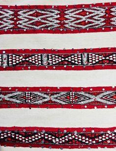 """Tappeto a tessitura piatta chiamato """"hanbel"""", realizzato a mano dalla tribù berbera degli Zemmour in Marocco. Questi tappeti sono molto rinomati non solo per l' ottima qualità dei materiali usati, lana e cotone, ma anche per la magnifica varietà dei loro motivi decorativi, che testimoniano la ricca simbologia berbera. Questo esemplare mostra una combinazione di motivi decorativi in rosso e bianco veramente straordinaria #kilim #rug #berbercarpet #boho #bohemian #tribalrug #etnico…"""