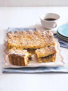 Když si na tyhle řezy vezmete k ruce robota, který strouhá a hněte těsto, koláč zavoní z trouby dřív, než se vaši hosté rozkoukají. Nabídněte jim ho hned po upečení – zatepla s vanilkovou zmrzlinou nebo šlehačkou totiž chutná nejlíp! Banana Bread, French Toast, Breakfast, Food, Morning Coffee, Essen, Meals, Yemek, Eten