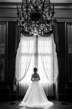 Brautportrait vor großem Fenster, Schwarz Weiss Hochzeitsfoto, S/W Hochzeitsfoto, #S/W, #Hochzeitsfoto, #Brautportrait, #Hochzeitsfotografie, #Stuttgart, #Ludwigsburg, #Schloss