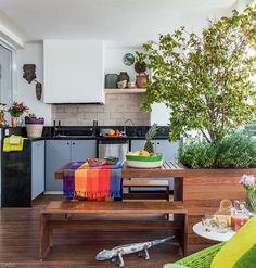 Varandas de apês com ideias para áreas gourmet e cantos de estar - Casa