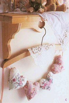 corações em tecido e um cabide com um paninho de renda se torna um lindo enfeite