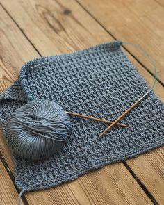 Strikk : 4 pinner r : 2 pinner 2 r ( r + vr ) : 2 pinner r Knitting Patterns Boys, Dishcloth Knitting Patterns, Knit Dishcloth, Free Knitting, Baby Knitting, Crochet Patterns, Crochet Home Decor, Diy Crafts For Gifts, Sewing Hacks