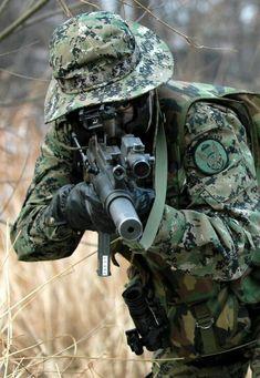 플래시24- > 밀리터리 > 적진에 투입되는 개인군장 Military Gear, Military Personnel, Military Police, Military Photos, Military Weapons, Military Action Figures, Airsoft Gear, Tactical Gear, Future Soldier