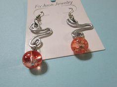 orecchini in alluminio battuto con perline rosa