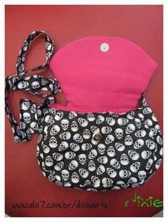 Bolsa Caveirinhas Confeccionada em tecido Com botão com imã R$49,00