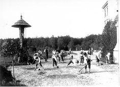 Chlapci při práci na zahradě před zvoničkou postavenou pod kaplí