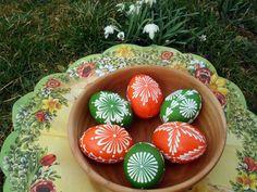 Velikonoční kraslice - zeleno-oranžové 6ks Ručně voskem malované velikonoční kraslice, které budou třeba zdobit Váš stůl, až k Vám přijdou koledníci... Vajíčka jsou domácí, slepičí velikosti cca 6x4cm. Cena je za sadu 6ks,sada je zvýhodněná. Vzory na kraslicích se mohou oproti fotografii lišit, barevná kombinace bude zachována. Pokud byste chtěli jiné množství ...