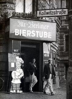 "Ost-BERLIN 1967. ""Alt Berliner Bierstube"" (später u.a. ""Maison Courage""), im Kollwitzkiez - Prenzlauer Berg."