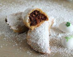Το πατούδο είναι παραδοσιακό γλυκό της Κρήτης, νηστίσιμο με σχήμα μισοφέγγαρουπουμοιάζει αρκετά με το γνωστό μας σκαλτσούνι. Μαλακή ζύμη εξωτερικά και μέ