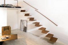 escalier intérieur minimaliste à marches flottantes en acier corten