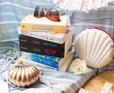 Eigentlich hätte ich diesen Beitrag genauso gut in meine Travel-Kategorie veröffentlichen können. Denn wir machen hier eine richtig romantisch-schöne literarische Reise durch Europa. Unsere erste Destination ist London, dann fahren wir weiter nach Paris und Italien, Mykonos und zum Schluss machen wir Urlaub in Stockholm. Klingt das nicht fantastisch? Und das alles können wir ganz… Der Beitrag 5 romantische Bücher und eine Reise durch Europa erschien zuerst auf Pipifein. Mykonos, Stockholm, Ottoman, London, Paris, Furniture, Home Decor, Europe, Italy