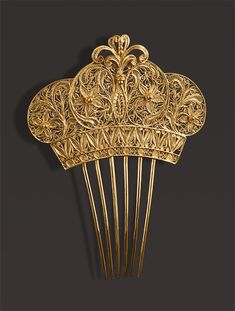 Comb of gold filigree crown Check out the website to see Filigree Jewelry, Gold Filigree, Antique Jewelry, Vintage Jewelry, Vintage Hair Combs, Vintage Hair Accessories, Bridal Accessories, Victorian Hairstyles, Vintage Hairstyles