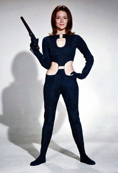 "Diana Riggs handles a pistol in the cult British television series The Avengers playing the secret agent Mrs Emma Peel. On the big screen she became a Bond girl in ""On Her Majesty's Secret Service"" playing Tracy Bond, James Bond's only wife. Emma Peel, Style Année 60, Mode Style, Style Icons, The Avengers, Diana Riggs, Ali Mcgraw, Dame Diana Rigg, Little Dorrit"