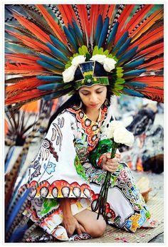 Esta chica está vestida con el tradicional clothes.They son luminosas y están llenos de muchos colores . estos fueron utilizados para celebrar eventos especiales hace mucho tiempo para los Aztecas y Mayas . Son muy bonitas .