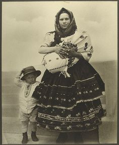 Slovak woman and her children arriving at Ellis Island, Circa By Augustus Sherman. My great grandparents came through Ellis Island from Slovakia Isla Ellis, Vintage Photographs, Vintage Photos, Antique Photos, Ellis Island Immigrants, Portraits Victoriens, Studio Portraits, Usa Immigration, Madrid