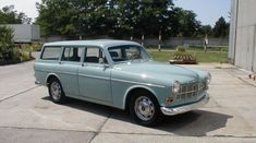 Horizon blue Volvo Amazon Kombi P220 estate restored in Germany.
