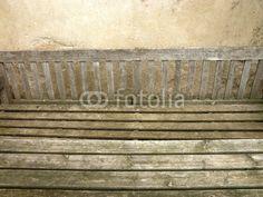 Rustikale Holzbank mit Tisch auf einem Bauernhof in Bad Vilbel in der Wetterau in Hessen