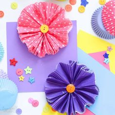 Make this cupcake liners flower craft to use for wreaths, centerpieces, banners, or even as a fun spring craft to make with the kids! Diy Crafts Easy And Cheap, Diy Crafts For Teen Girls, Spring Crafts For Kids, Diy Crafts To Sell, Fun Crafts, Paper Crafts, Cupcake Liner Crafts, Cupcake Liner Flowers, Cupcake Liners