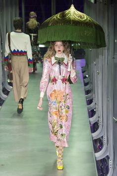 The complete Gucci Fall 2017 Ready-to-Wear fashion show now on Vogue Runway. Gucci Fashion, Fashion Week, Fashion 2017, Runway Fashion, High Fashion, Winter Fashion, Womens Fashion, Fashion Trends, Milan Fashion