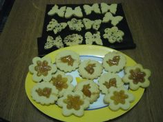 bolachas com pepitas de chocolate e sabor a amendoa e as outras com geleia de rosas