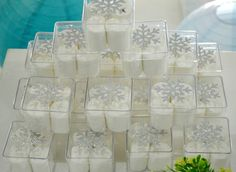 Caixinha de acrílico com floco de neve recortado em papel porpurinado! Nascimento, chá de fraldas, aniversário, casamento, batizado...