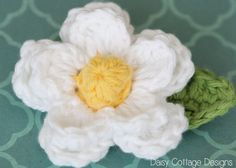 Quick and easy Double Layer Daisy free crochet pattern by Daisy Cottage Designs .How to Crochet a Daisy Flower by Daisy Cottage Designs ~ Great for left over yarn free pattern Learn how to crochet a beautiful daisy flower with this easy FREE! Crochet Puff Flower, Crochet Daisy, Crochet Flower Tutorial, Knitted Flowers, Love Crochet, Crochet Motif, Beautiful Crochet, Crochet Stitches, Crochet Patterns