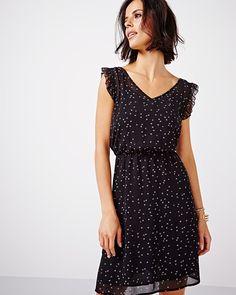 Cette jolie robe légère est un choix parfait pour votre prochaine sortie en ville. Agencez avec un veston pour les soirées plus fraîches.<br /><br />- Sans manches avec volants<br />- Double encolure en V <br />- Élastique autour de la taille