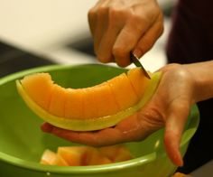 All you need is a nice sharp paring knife! Step Choose your melon. Cutting A Honeydew Melon, How To Cut Melon, 1 Year Baby Food, Christmas Starters, Healthy Foods To Eat, Healthy Recipes, Food Hacks, Food Tips, Food Ideas