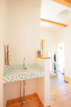 【アイジースタイルハウス】洗面。手を洗う習慣が自然と身につく、玄関から上がってすぐ右手にある手洗い場。