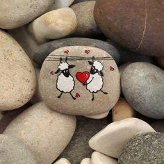 peinture sur galet, dessin sur pierre naturelle, deux moutons amoureux