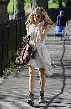 Who made Sienna Miller's white dress, sunglasses, brown handbag and brown flat boots? Dress – All Saints Shoes – Hudson Purse – Botkier Sunglasses – Sanfurd White Fashion, Star Fashion, Boho Fashion, Fashion News, Sienna Miller Style, Mode Boho, Rocker Style, Dress With Boots, Pretty Outfits