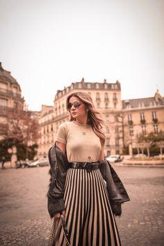 Look da Thassia Naves com vestido de lurex com listras e midi, jaqueta de pelos e salto com meia calça preta em Paris
