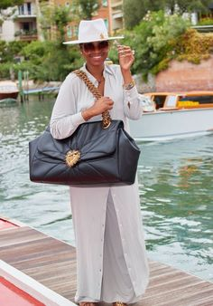 Jennifer Hudson in a maxi shirtdress worn with oversized bag and fedora | For more style inspiration visit 40plusstyle.com