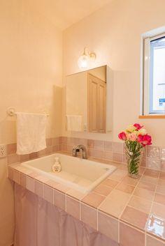 ナチュラルフレンチのかわいい家でパントリーのある暮らし in 2020 Corner Bathtub, Alcove, Bathroom, Wall, House, Gallery, Ideas, Bathrooms, Washroom