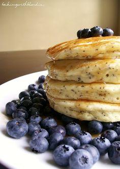 Baking with Blondie : Lemon Poppyseed Pancakes with Fresh Blueberries Piknikille ilman mustikoita ja kastiketta. Sormin syötävinä kakkusina, kylmänä. Tee päivää ennen.