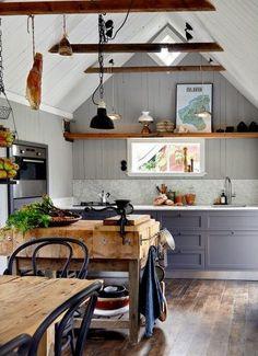 Victor et Elin habitent dans un appartement à Göteborg et rêvaient d'une résidence secondaire pour passer les week-ends au vert. Ils ont trouvé cette toute petite maison datant des années 19…