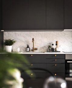contrast: dark cabinets w/ lighter fireplace or vice versa Dark Cabinets, Kitchen Cabinets, Interior Staircase, Modern Traditional, Apartment Interior Design, Minimalist Kitchen, Deco Design, Scandinavian Home, Modern House Design